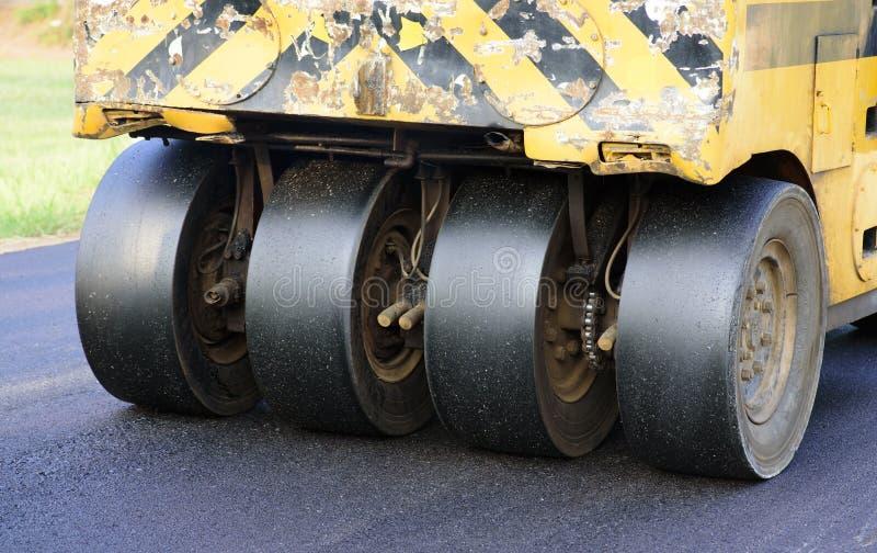 Rodillo de camino en el nuevo asfalto fotografía de archivo