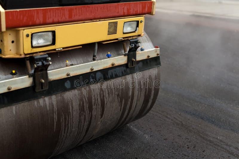 Rodillo de camino que aplana el nuevo asfalto imagenes de archivo
