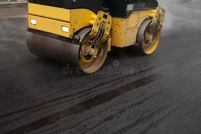 Rodillo de camino que aplana el nuevo asfalto imagen de archivo