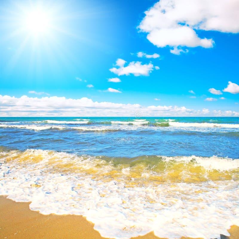 Rodillo de las ondas del mar encendido a una playa fotografía de archivo