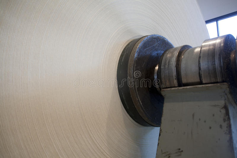Rodillo del documento sobre el molino de papel foto de archivo libre de regalías
