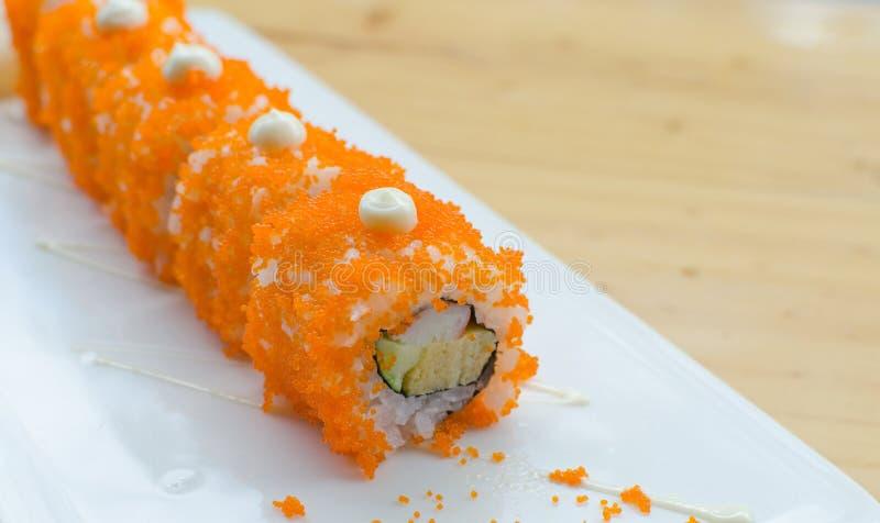 Rodillo del sushi en la placa blanca imagenes de archivo