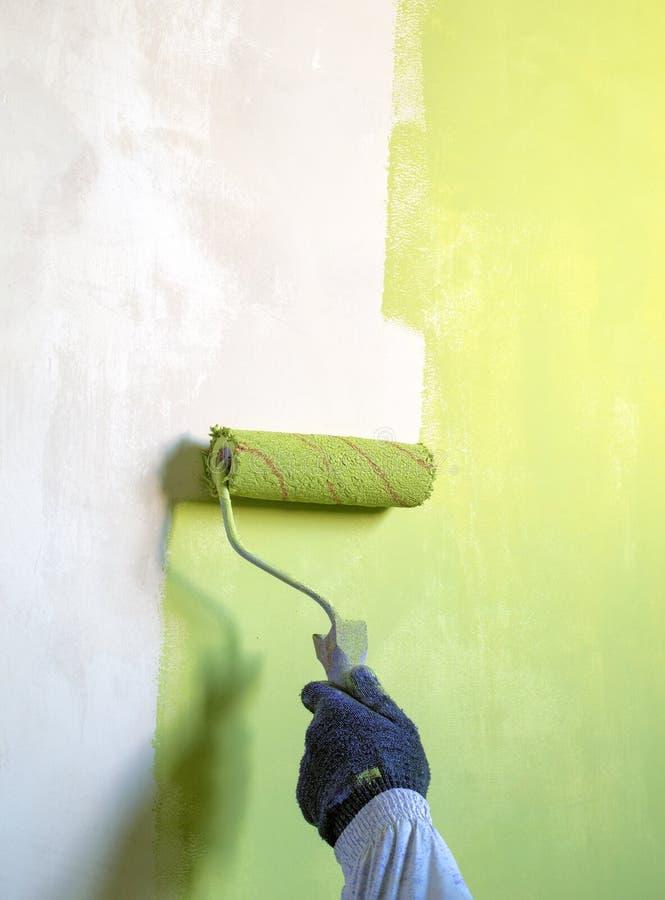 Rodillo Para Pintar La Pintura Verde De Las Paredes Imagen de ...