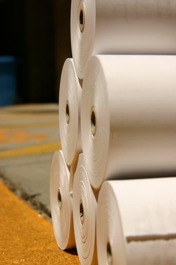 Rodillos blancos del papel de imprenta en un embarcadero