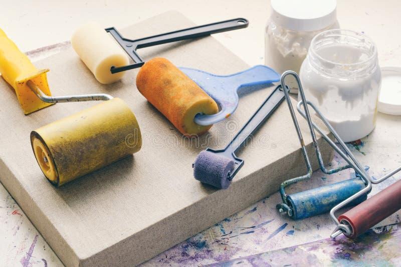 Rodillos del cepillo del artista para la capa de la lona y lona artística de lino para pintar fotografía de archivo