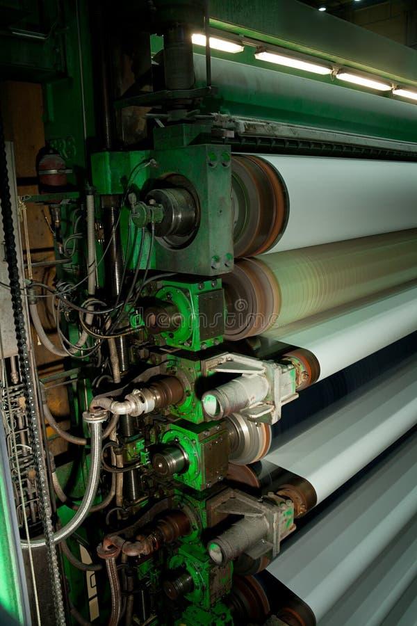Rodillos en el proceso de producción de papel fotos de archivo