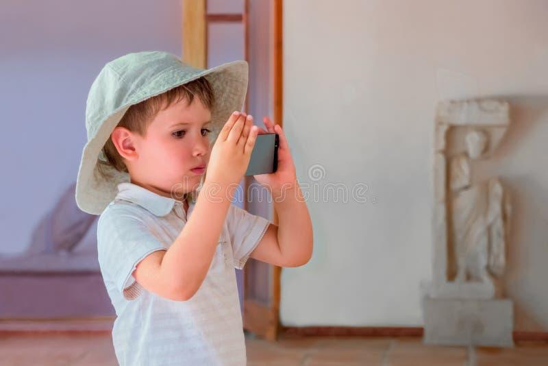 ?rodki ucz? kogo? poj?cie Edukaci t?o Nowy podejście uczenie proces Młody filmowiec Nowożytny muzealny pojęcie fotografia stock