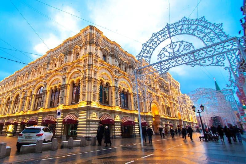 ?rodkowy Wydzia?owy sklep w Moskwa Budynek dekoruje z bo?onarodzeniowe ?wiat?a Przygotowywa? dla Bo?enarodzeniowych wakacji fotografia royalty free