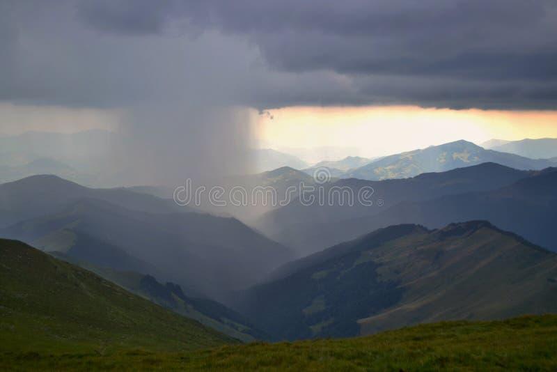 Rodna山在罗马尼亚-猛冲在mounta 图库摄影