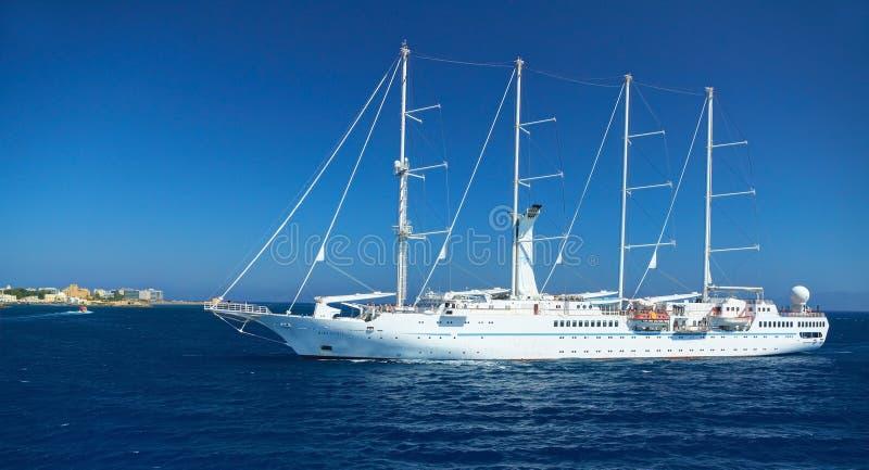 RODOS-EILAND, GRIEKENLAND, 25 JUNI, 2013: Mening over de mooie klassieke witte GEEST Nassau van de jachtwind met toeristen Grieks royalty-vrije stock afbeeldingen
