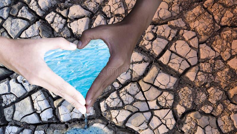 ?rodowisko dzie? Ludzie chwyt ręk w kierowym kształcie z wodną i suchą ziemią na tle, Wodnej konserwaci poj?cie fotografia stock
