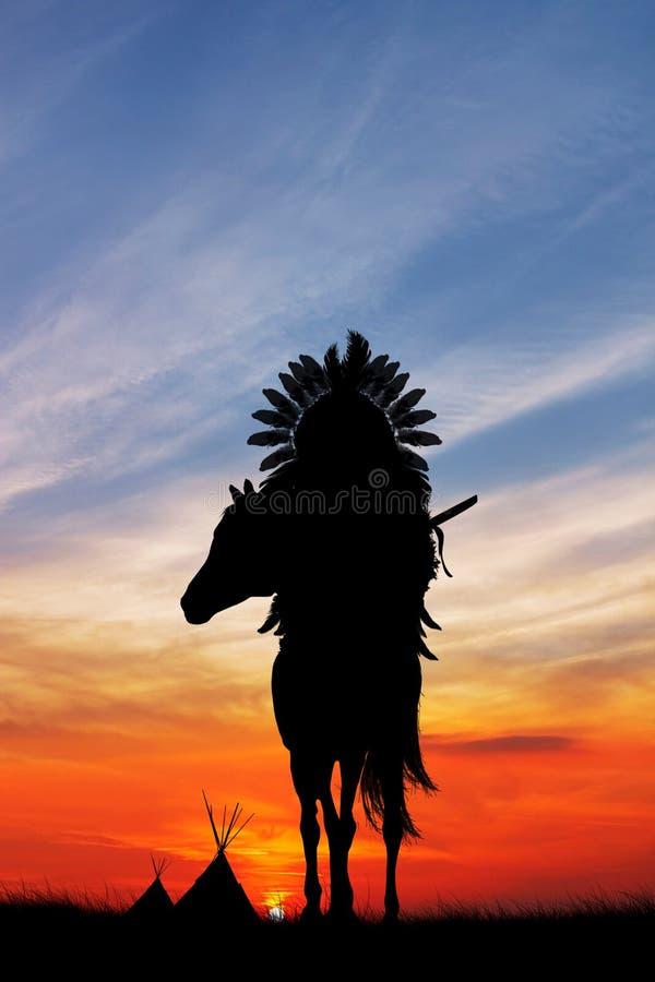 Rodowitego Amerykanina indianin na horseback przy zmierzchem royalty ilustracja