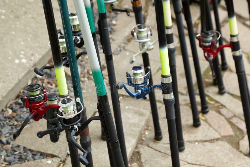 Rods avec le stand couvert de bobines sur la prise de masse images stock