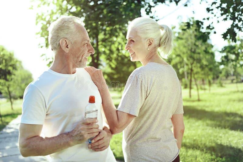 Rodzaj starzejąca się kobieta docenia jej męża zdjęcia stock