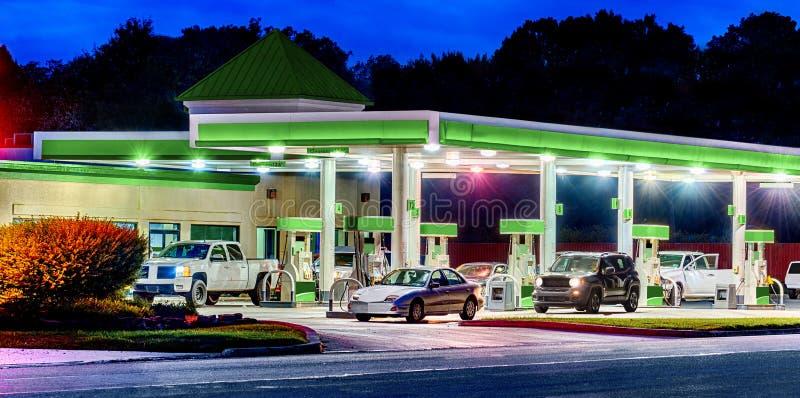 Rodzajowa Benzynowa stacja Z Rodzajowymi samochodami HDR i ciężarówkami fotografia stock
