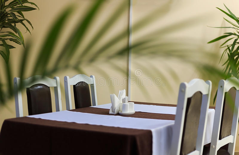 Rodzajowy widok restauracja stół z stołem zakrywającym tablecloth anf pieluchami na nim obrazy stock