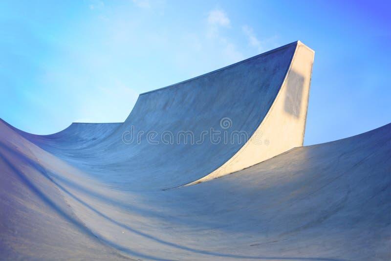 Rodzajowych skatepark ramp niski widok pokazywać skala z błękitnym saturat fotografia royalty free