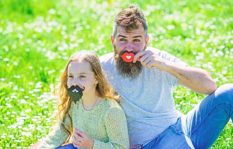Rodzaju pojęcia rola Rodzina wydaje czas wolnego outdoors Tata i córka siedzimy na grassplot, trawa na tle ojciec obrazy stock