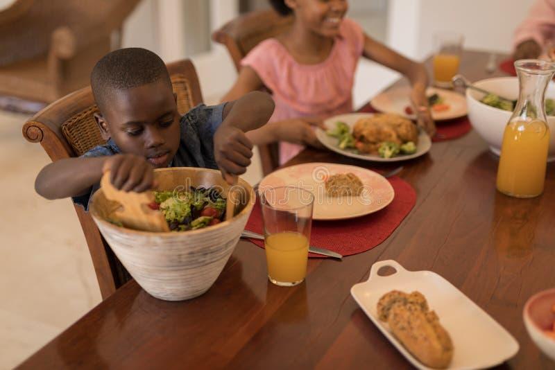 Rodzeństwa ma posiłek na łomotać stół wpólnie obrazy royalty free