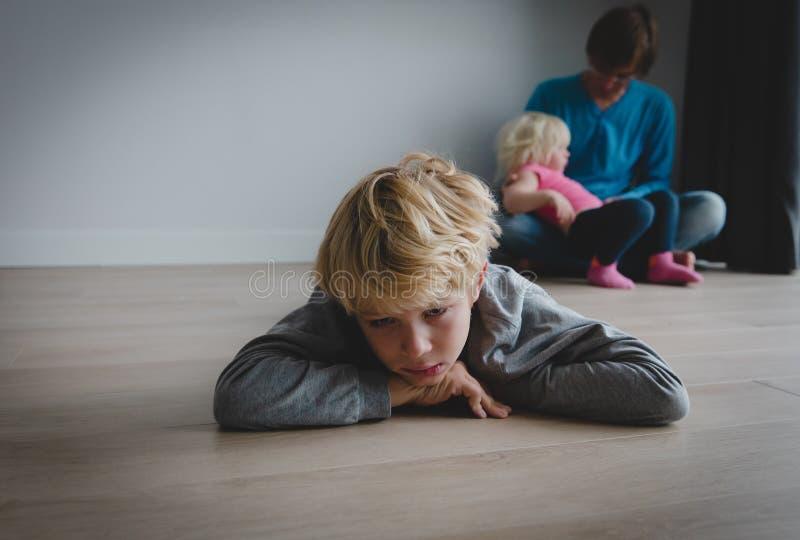 Rodzeństwo rywalizacji smutny syn i taty mienia dziecka córka zdjęcie royalty free