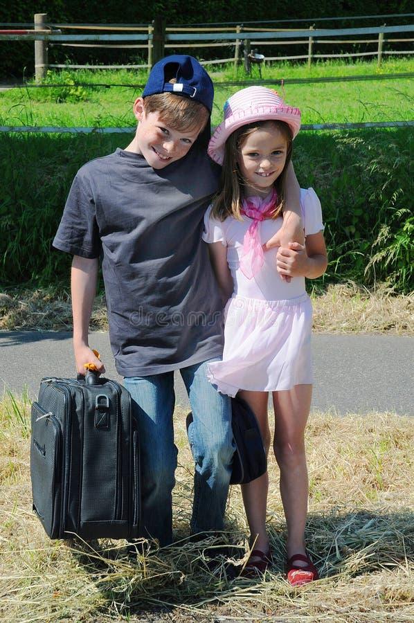 Rodzeństwa na drodze obraz royalty free