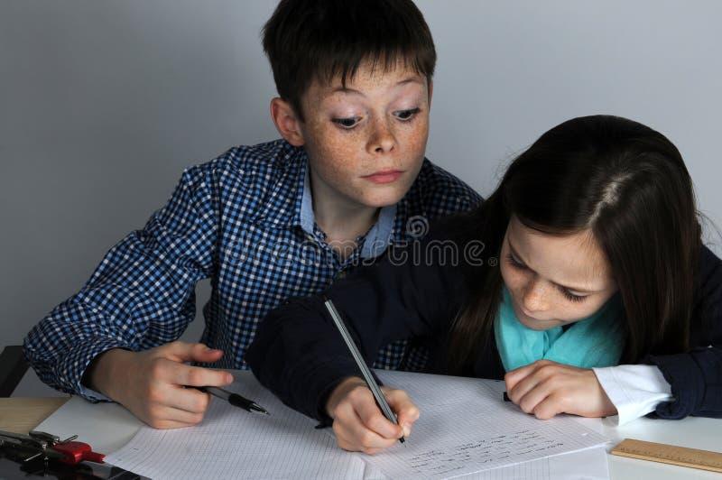 Rodzeństwa robi szkolnej pracie domowej zdjęcia royalty free