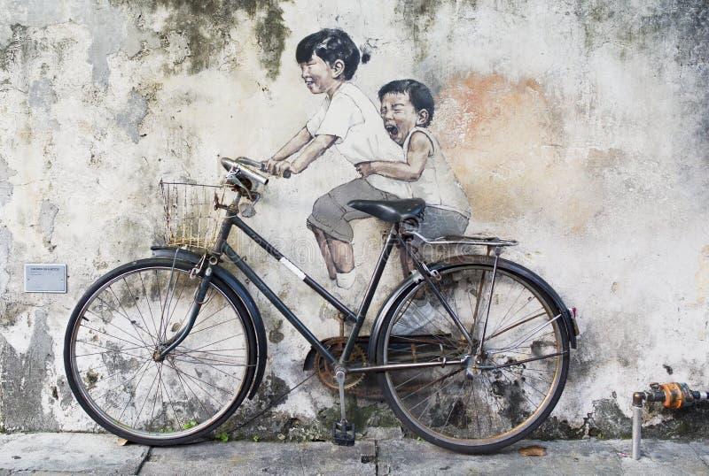 Rodzeństwo cyklisty sztuki Uliczny malowidło ścienne w Georgetown, Penang, Malezja zdjęcia royalty free