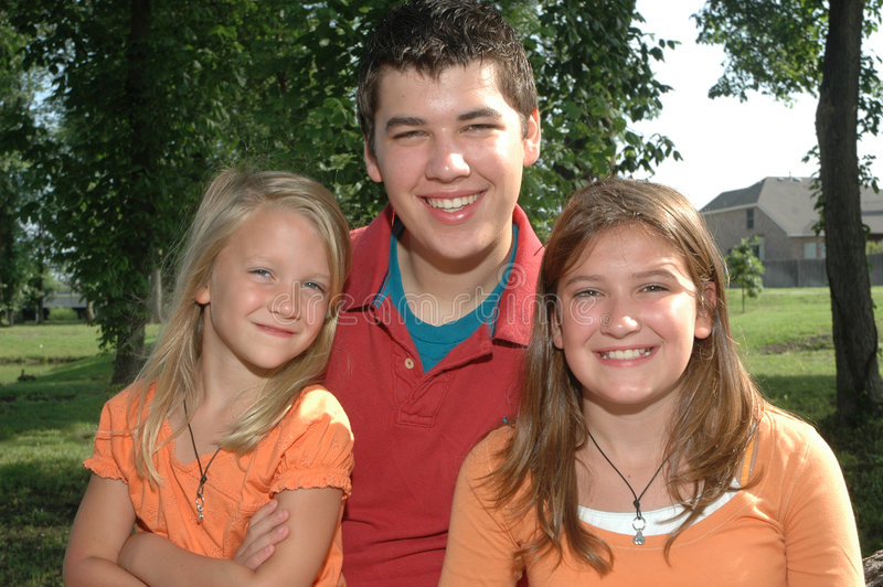 rodzeństwo szczęśliwi zdjęcia stock