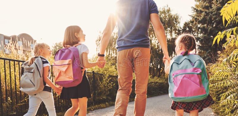 Rodzic i ucznie iść szkoła zdjęcie royalty free