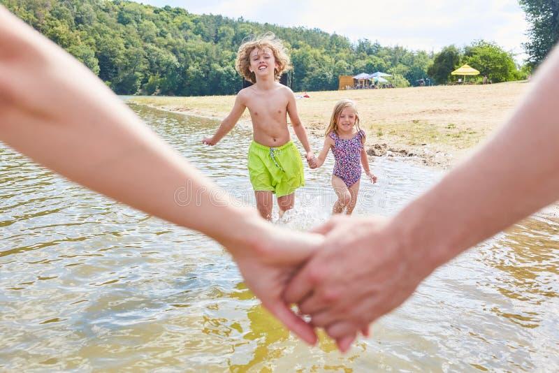 Rodzica chwyta ręki na wakacje obrazy royalty free