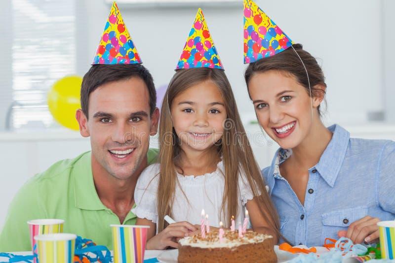 Rodzice świętuje ich małe dziewczynki urodzinowe zdjęcie stock