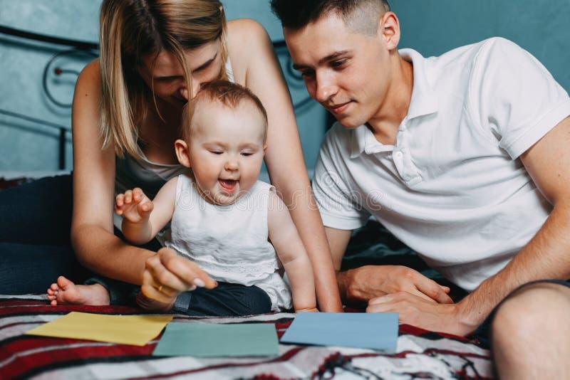 Rodzice bawić się edukacyjną grę z córką zdjęcia stock