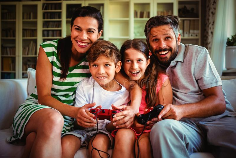 Rodzice bawić się gra wideo z dziećmi zdjęcie stock