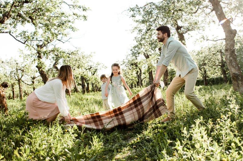 Rodzice bawić się z dziećmi zdjęcie royalty free