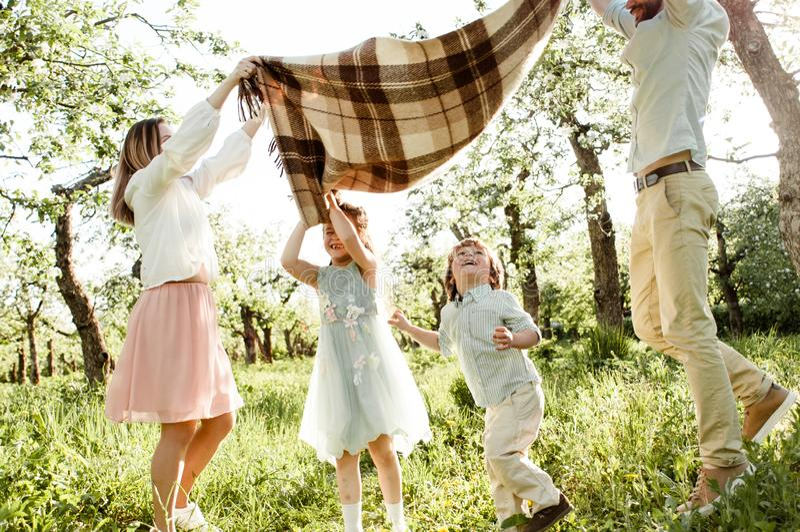 Rodzice bawić się z dziećmi zdjęcie stock