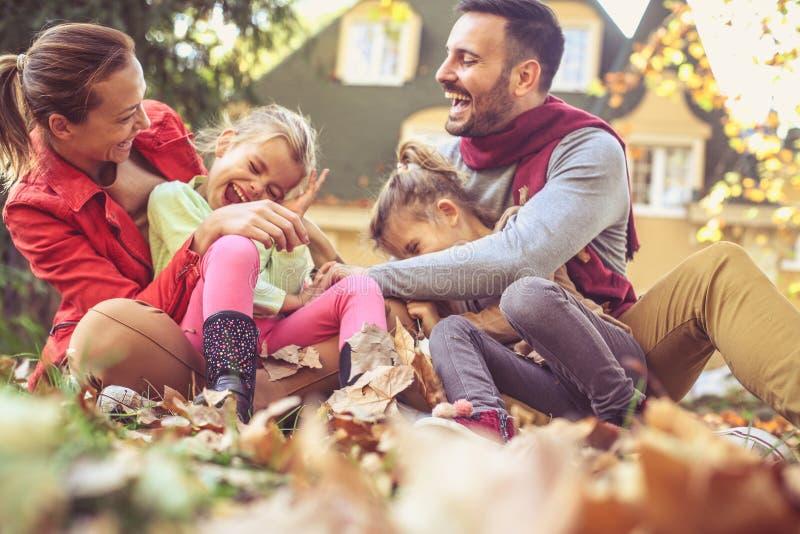 Rodzice bawić się z dziećmi jesień spadek lasowej ścieżki sezon obrazy stock