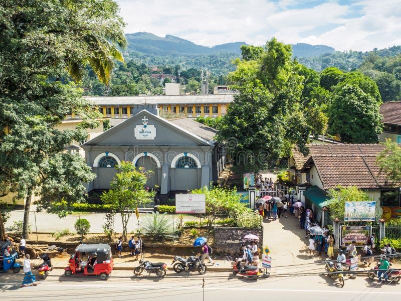 Rodzice czeka ich dzieci przy St John ` s szkołą wyższa, Kandy miasto, Sri Lanka fotografia stock