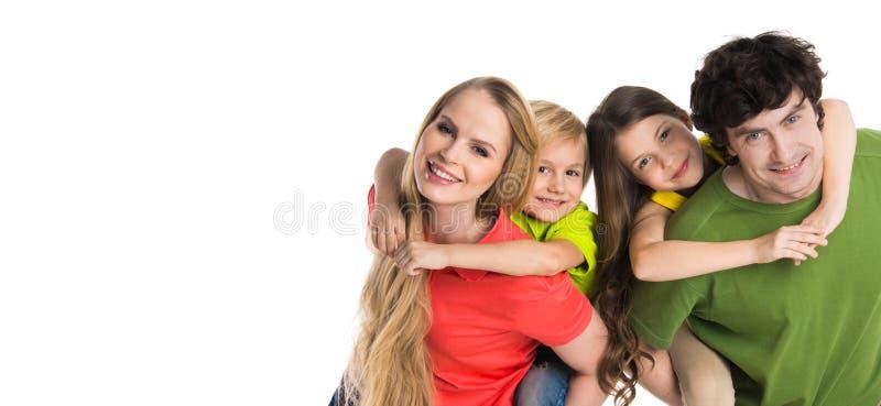 Rodzice daje piggyback przejażdżce dzieciaki obrazy royalty free