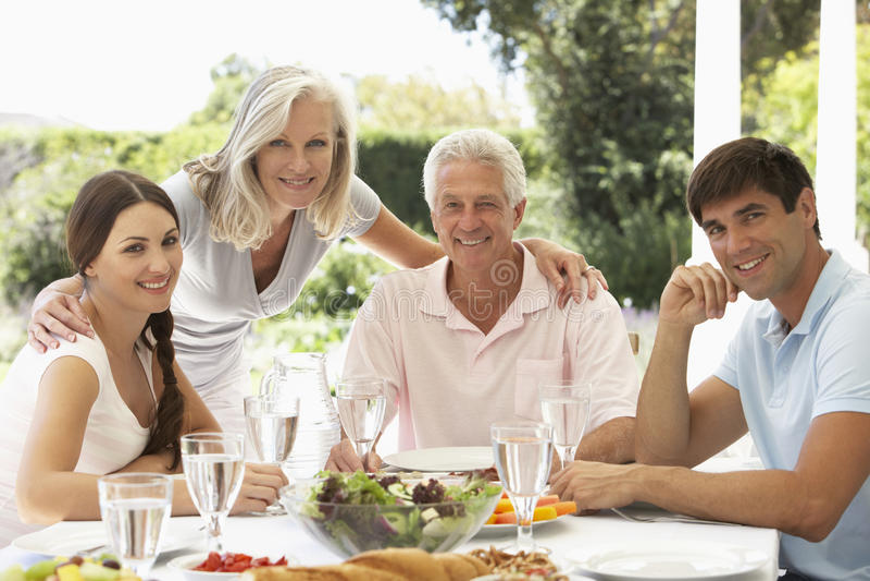 Rodzice i Dorosli dzieci cieszy się Al fresku posiłek obrazy royalty free