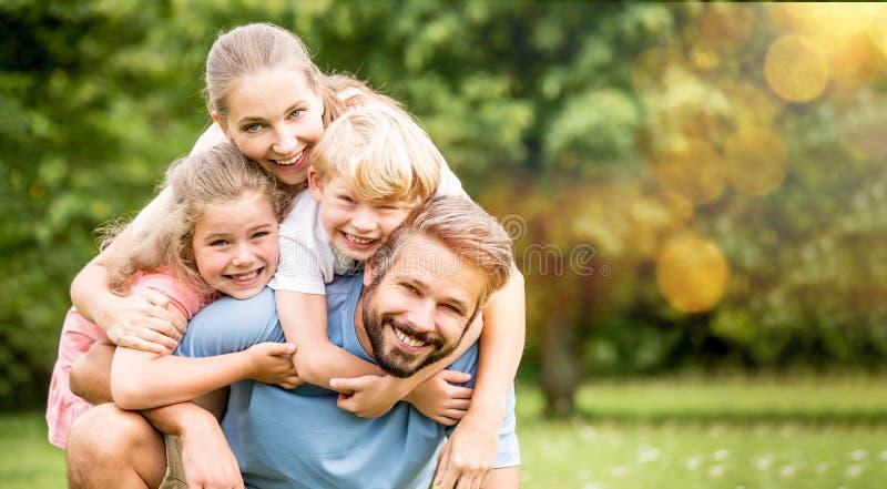 Rodzice i dzieci jako szczęśliwa rodzina zdjęcie royalty free