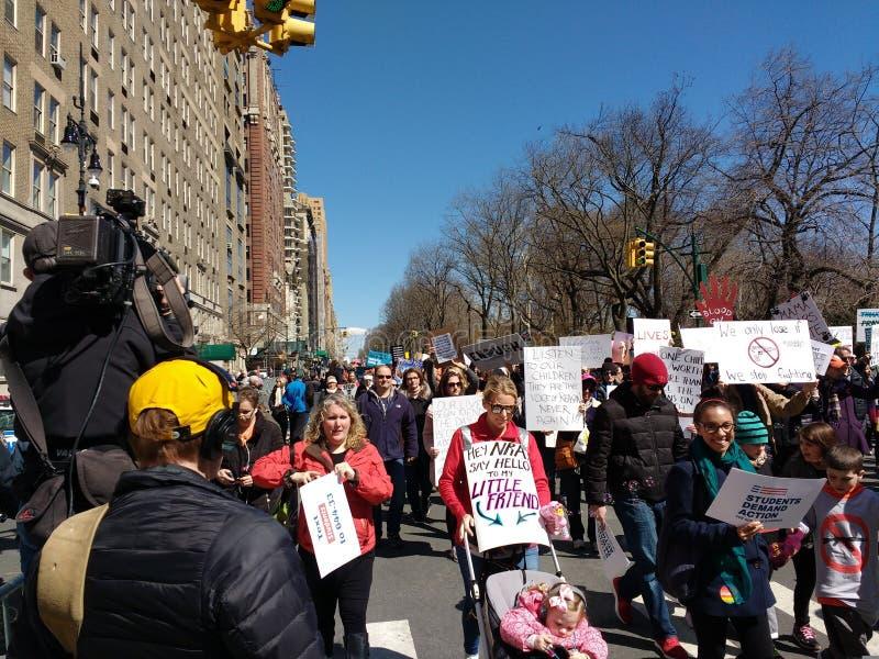 Rodzice i dzieci Protestuje, środki przekazu Filmuje, Marzec dla Nasz żyć, NYC, NY, usa fotografia stock