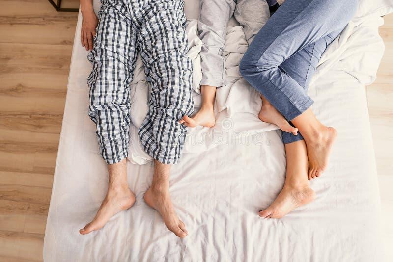 Rodzice i dzieciak ono cieszy się po budzić się up zdjęcie stock