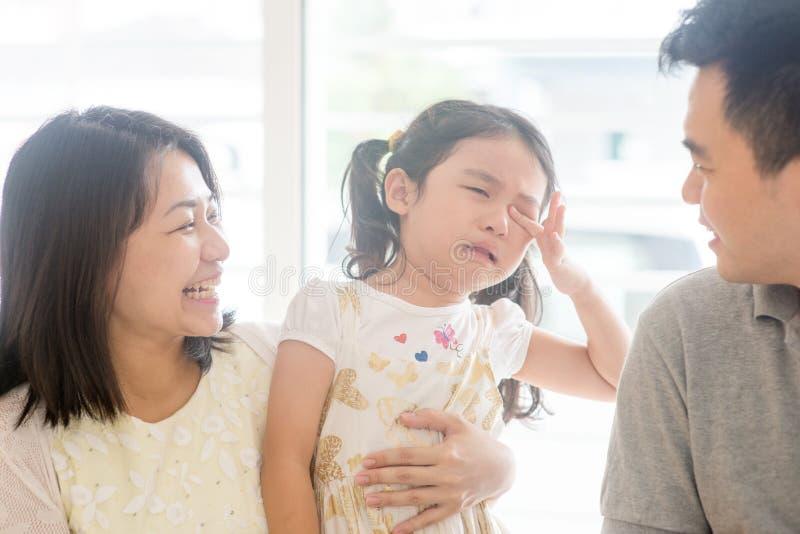 Rodzice pociesza płacz córki obraz royalty free