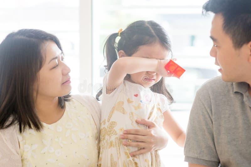 Rodzice pociesza płaczu dziecka obrazy stock
