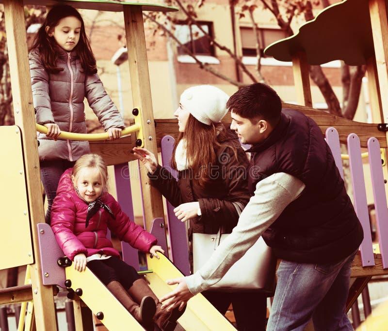 Rodzice pomaga dzieciaków na obruszeniu fotografia stock