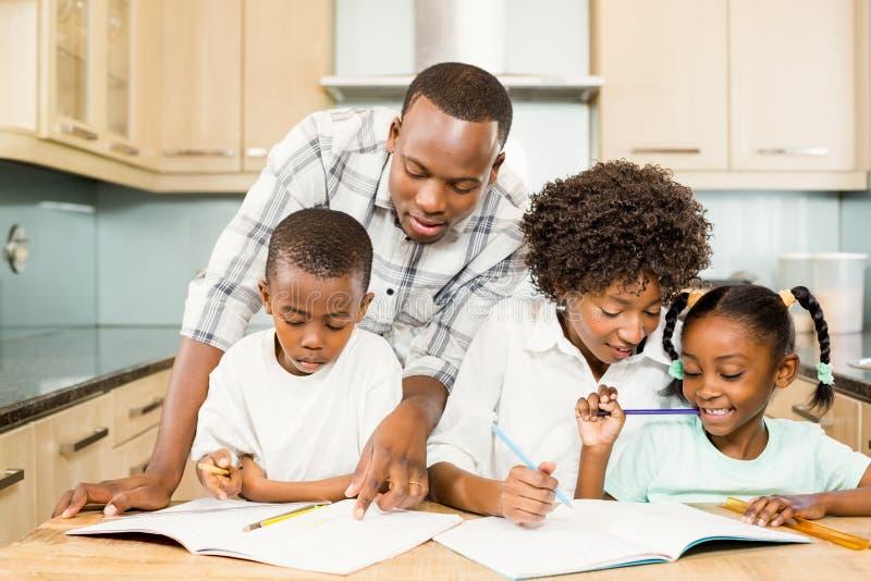 Rodzice sprawdza dziecko pracę domową obraz stock
