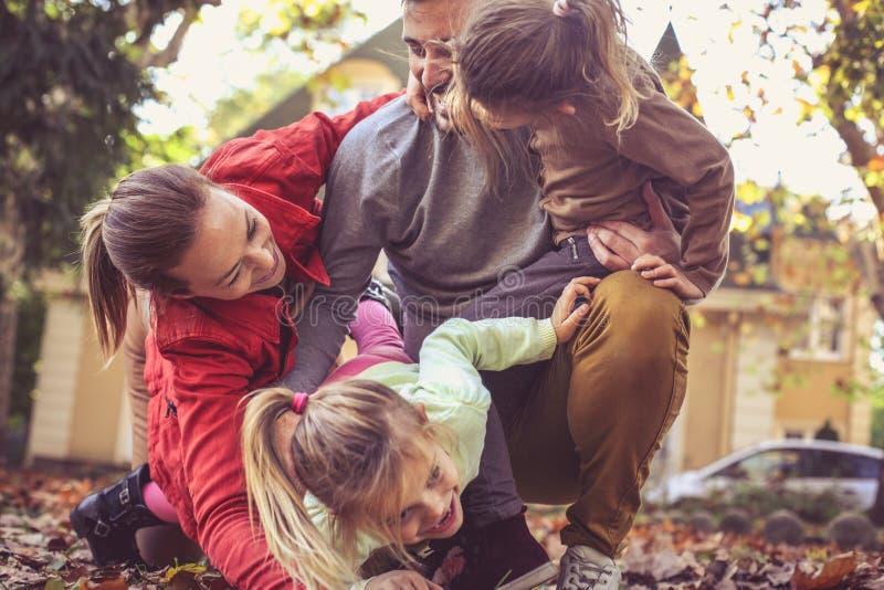 Rodzice sztukę outside z dziećmi W Drodze zdjęcie royalty free