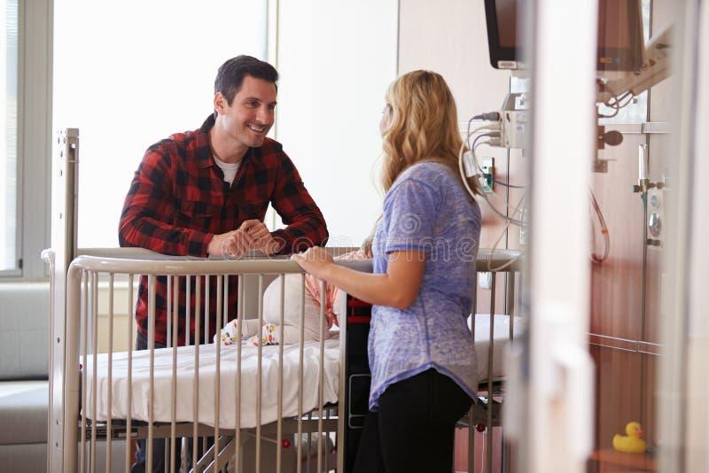 Rodzice Z córką W Szpitalnej Pediatrycznej jednostce obrazy royalty free