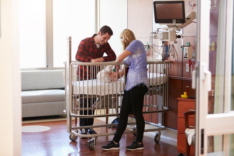 Rodzice Z córką W Szpitalnej Pediatrycznej jednostce zdjęcie royalty free