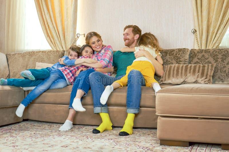 Rodzice z córkami i synem zdjęcie royalty free